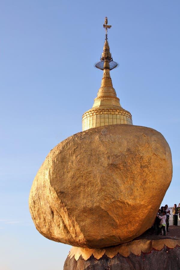 Kyaiktiyo pagoda z pielgrzymami i modleń ludźmi (Złota skała) zdjęcie stock