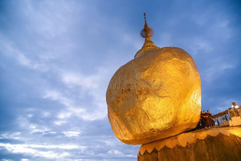 Kyaiktiyo-Pagode oder goldener Felsen auf Myanmar lizenzfreie stockfotos