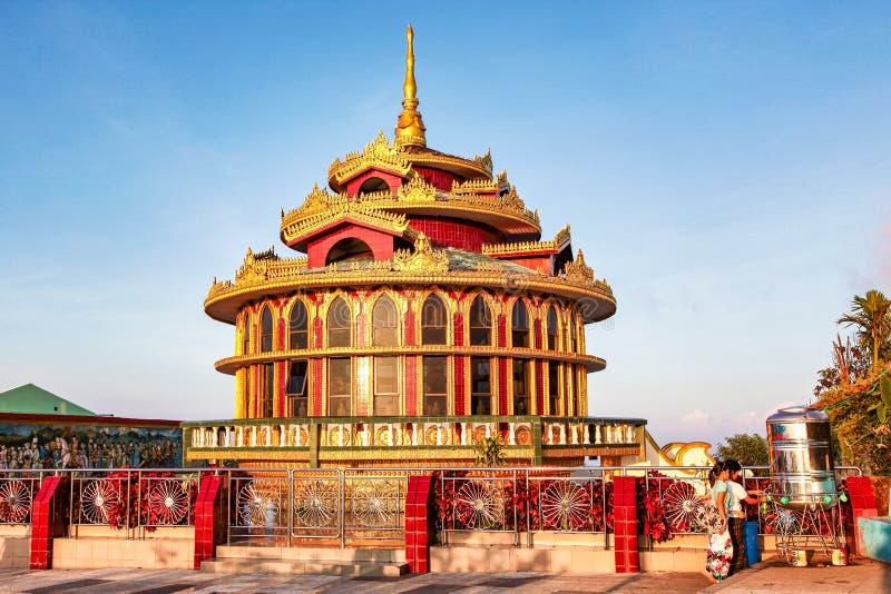 Kyaiktiyopagode die ook als Gouden Rocki in Birma, Myanmar wordt bekend stock foto's