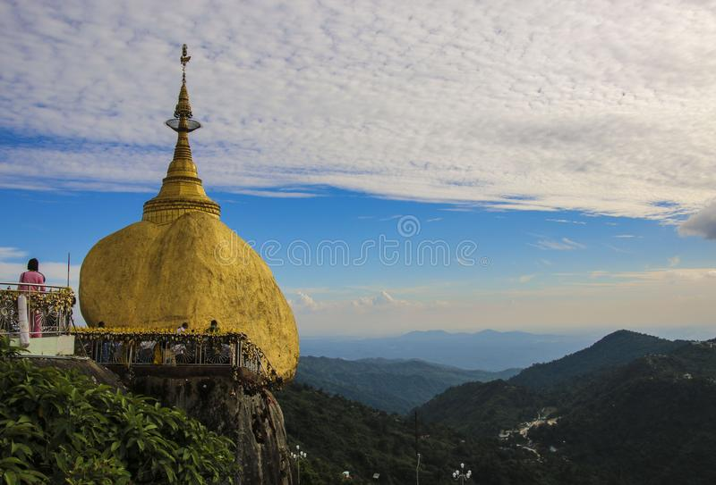 Kyaiktiyopagode, Gouden rots, Myanmar Birma stock afbeelding