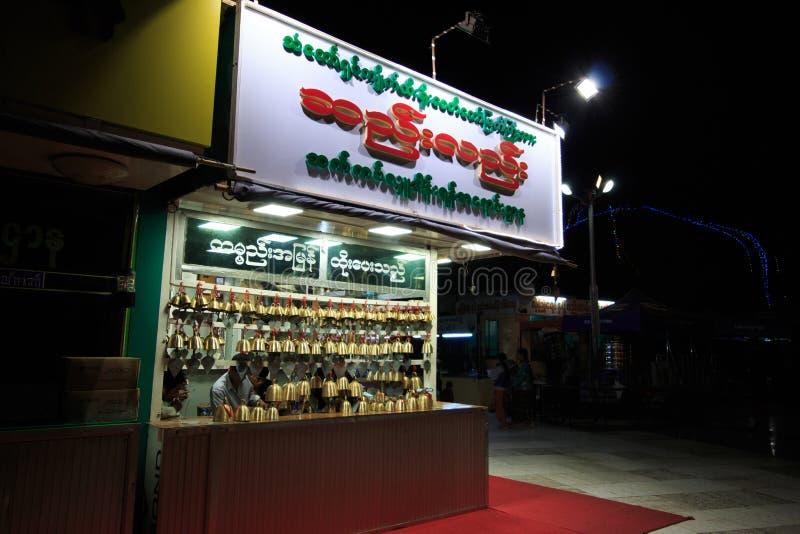 KYAIKTO MYANMAR-JANUARY 27: Shop som säljer traditionella buddistiska vindklockor Myanmar traditionella vindchimes som säljer för royaltyfri fotografi