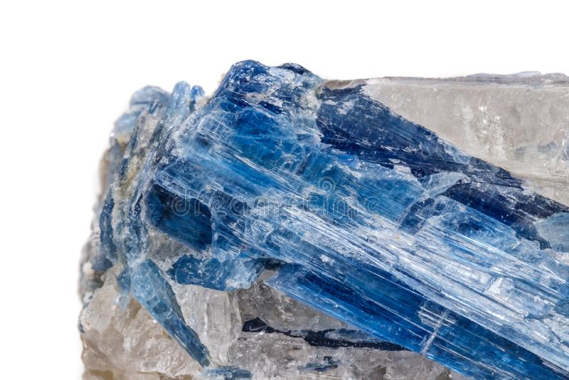 Kyanite de pedra mineral macro um fundo branco fotografia de stock royalty free