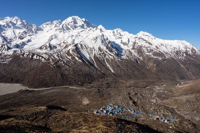 Kyanjin gompa wioska otaczająca Lantang halnym masywem, himalaje pasmo górskie w Nepal obraz stock