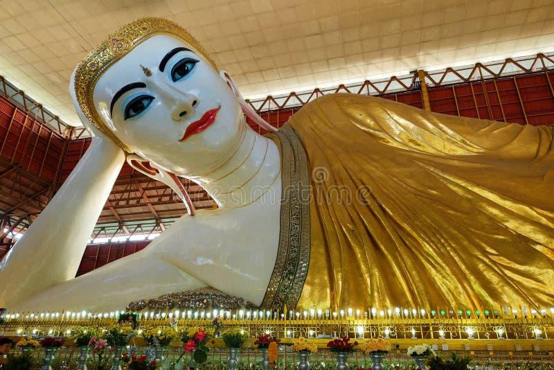 Kyauk Htat die Gyi Boedha doen leunen royalty-vrije stock fotografie