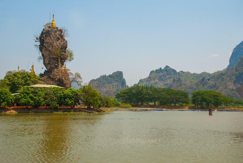 Kyauk Kalat pagoda Mawlamyine, Hha-an Myanmar burma Małe pagody wyprostowywali na stromej skale obrazy stock