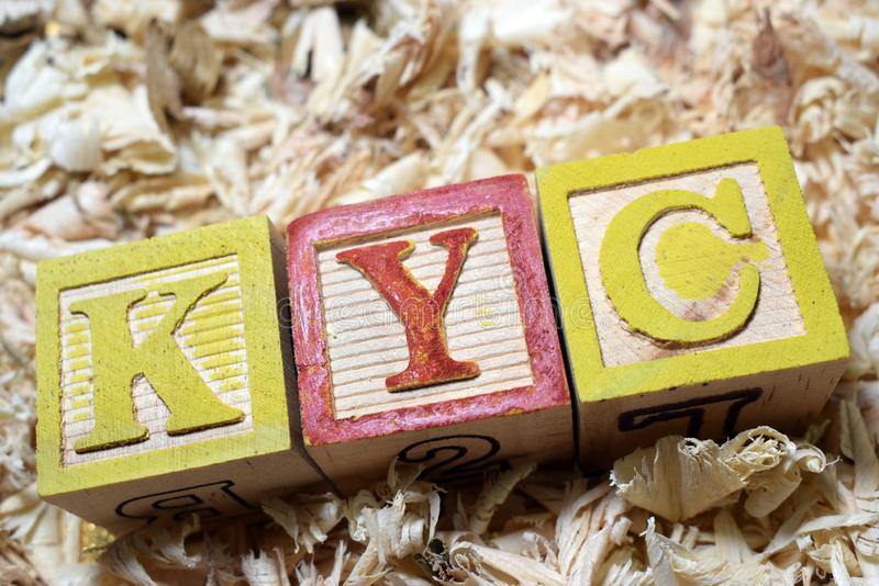 KYC conhecem seu acrônimo do cliente em blocos de madeira fotografia de stock royalty free