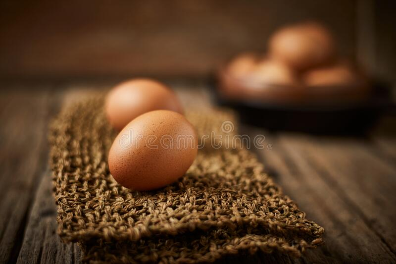Kycklingägg på bordet arkivbilder