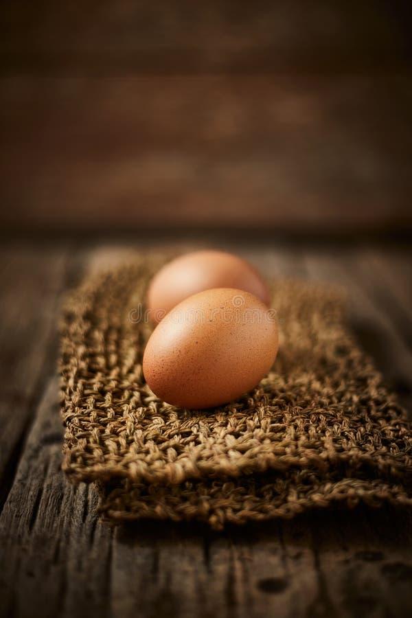 Kycklingägg på bordet arkivfoto