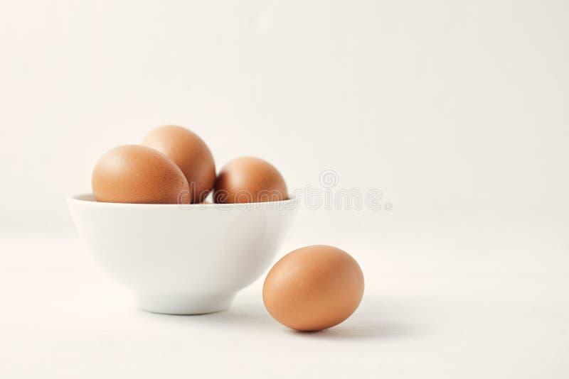 Kycklingägg på bordet royaltyfri fotografi