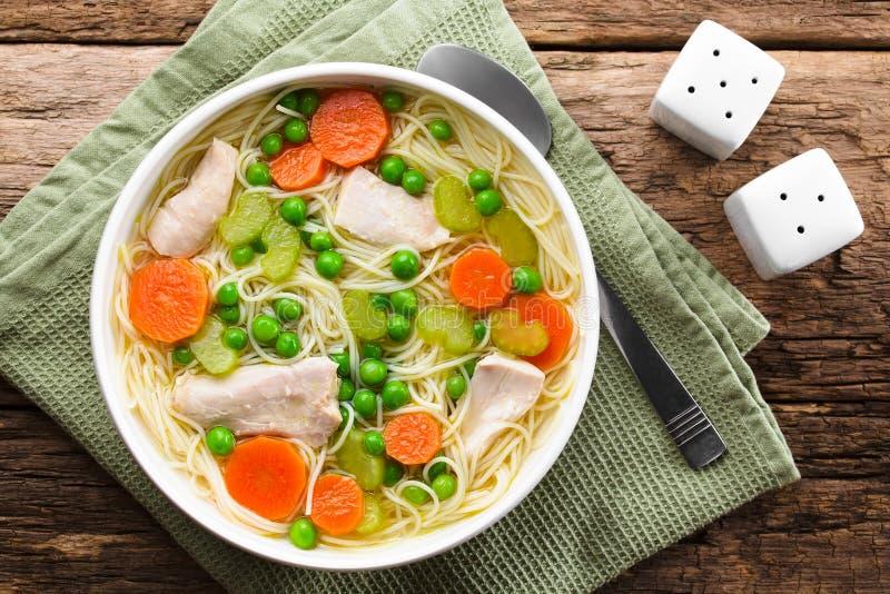 Kyckling och grönsaksnoodle royaltyfria bilder
