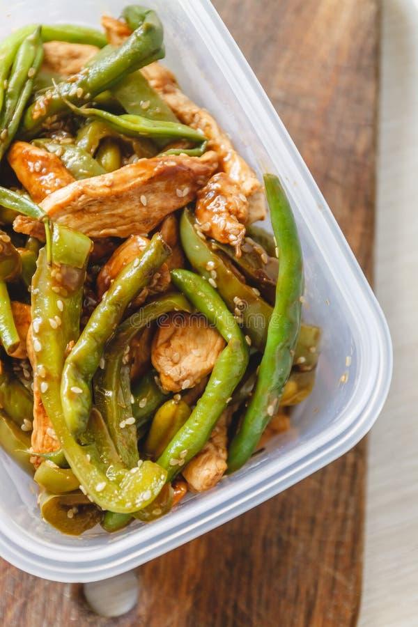 Kycklinggryta och haricot vert i plast- ugnar för kylförvaring eller att frysa arkivfoton
