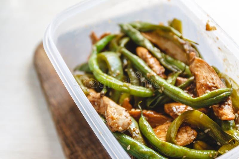 Kycklinggryta och haricot vert i plast- ugnar f?r kylf?rvaring eller att frysa arkivbild