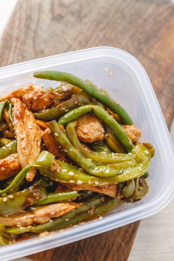 Kycklinggryta och haricot vert i plast- ugnar f?r kylf?rvaring eller att frysa royaltyfria foton