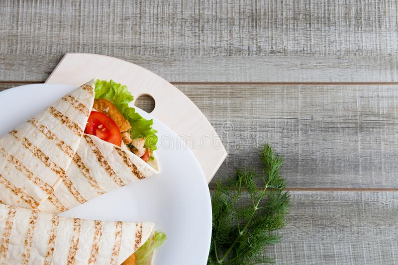 Kycklingsugn och grönsaker i pita bröd arkivfoton