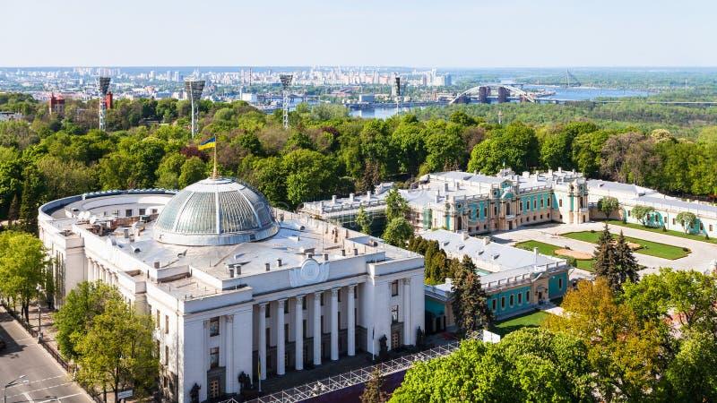 Kyiv与Rada大厦的市地平线在春天 库存照片