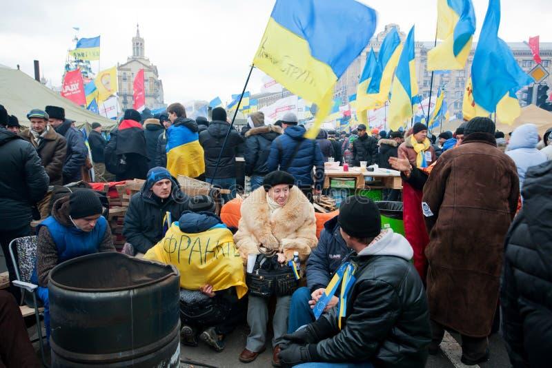 KYIV,乌克兰:坐在小组o的资深妇女 库存图片