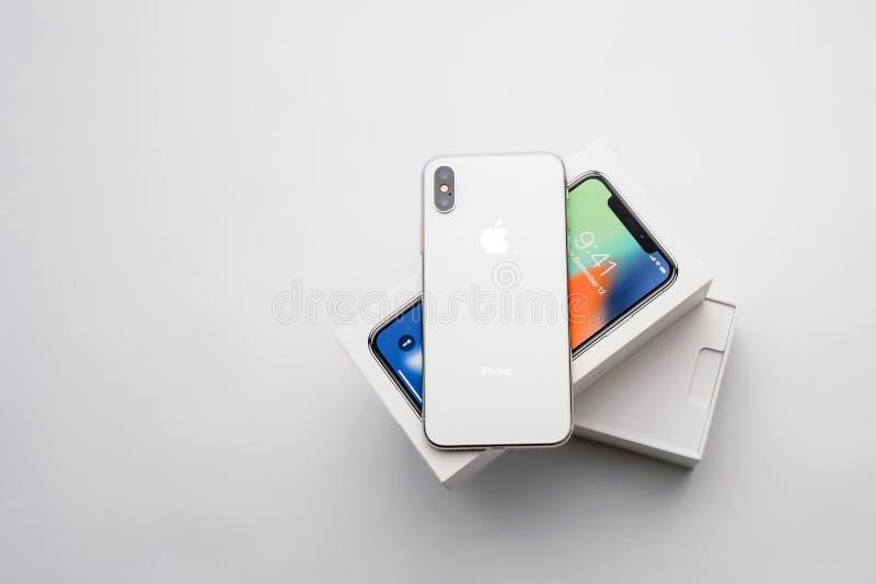 KYIV,乌克兰- 2018年1月26日, :新的Iphone x智能手机式样关闭 在白色麸皮的最新的苹果计算机Iphone 10手机设备 图库摄影
