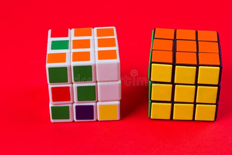 Kyiv,乌克兰- 2017年9月20日, :Rubik在桃红色的` s立方体 在1974年Rubik匈牙利建筑师发明的` s立方体Erno Rubik 库存照片