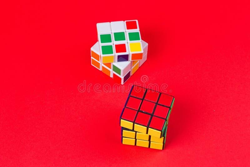 Kyiv,乌克兰- 2017年9月20日, :Rubik在桃红色的` s立方体 在1974年Rubik匈牙利建筑师发明的` s立方体Erno Rubik 库存图片
