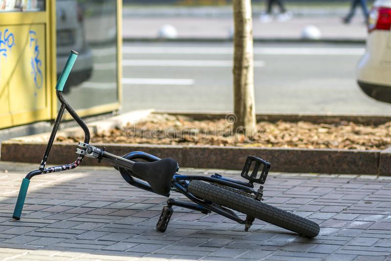 Kyiv,乌克兰- 2017年11月14日:在边路的Bycicle 免版税库存照片