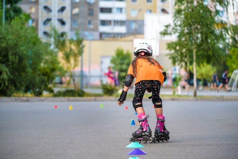 KYIV,乌克兰2018年6月26日:有吸引力十几岁的女孩滑旱冰在直排轮式溜冰鞋 免版税图库摄影