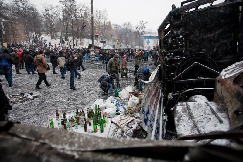 KYIV,乌克兰- 1月21 :抗议者准备与汽油的燃烧弹在护拦并且等待与警察的战斗 库存照片