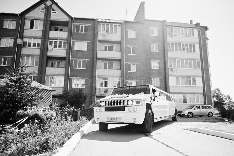 Kyiv,乌克兰- 8月31 :高雅白色婚礼大型高级轿车胡姆 免版税库存照片