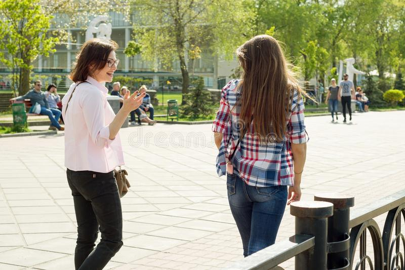 Kyiv, UA, 29-04-2018 女性朋友 免版税图库摄影