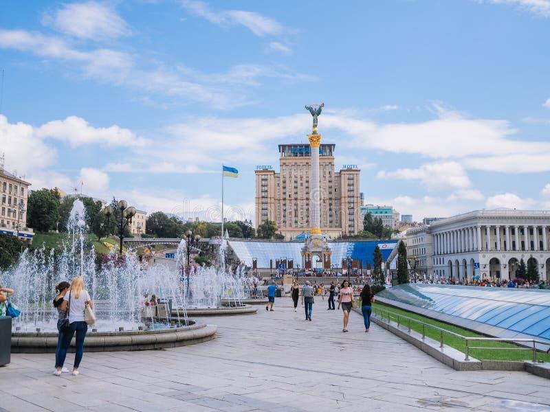 Kyiv 乌克兰 夏天2018年 独立正方形 与纪念碑和旅馆与旗子和喷泉的乌克兰纳的Maydan Nezalezhnosti 免版税库存照片