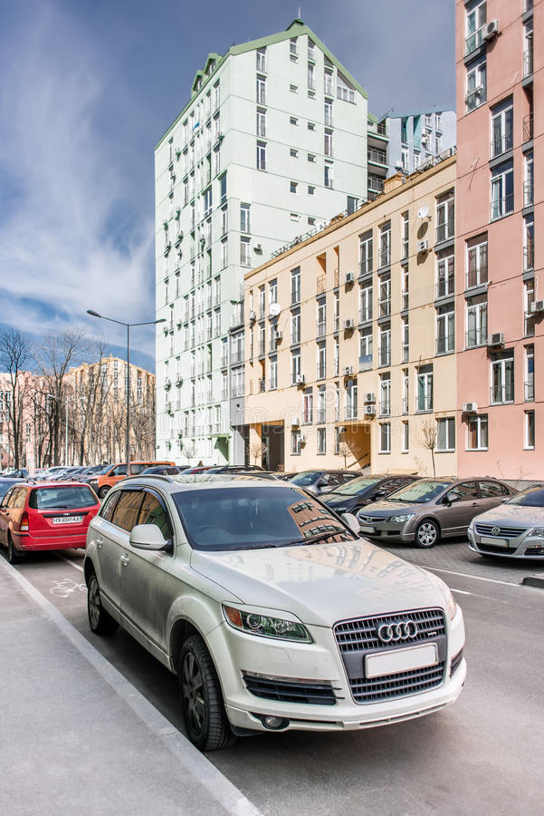 Kyiv, Ουκρανία - 10 Απριλίου 2016: Το έμβλημα στα μπροστινά κάγκελα μιας πολυτέλειας Audi Q7 στην οδό πόλεων στοκ εικόνες