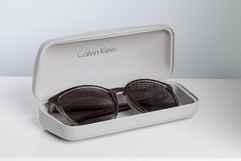 KYIV, ΟΥΚΡΑΝΊΑ - 5 Μαΐου 2018: Γυαλιά ηλίου Calvin Klein μόδας με ένα κιβώτιο σε ένα άσπρο υπόβαθρο στοκ εικόνες με δικαίωμα ελεύθερης χρήσης