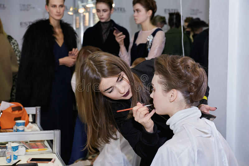 Kyiv, Ουκρανία - 6 Φεβρουαρίου 2017: Καλλιτέχνης Makeup στην εργασία Backsta στοκ φωτογραφίες
