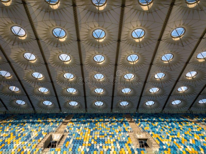 KYIV, УКРАИНА - 19-ое июля 2018 Элементы конструкции крыши стадион NSC Olimpiysky с пустыми трибунами в сини и стоковое фото