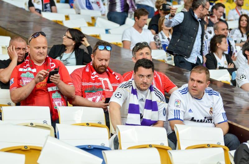 KYIV, УКРАИНА - 26-ОЕ МАЯ 2018: Вентиляторы Real Madrid на стадионе su стоковое фото rf