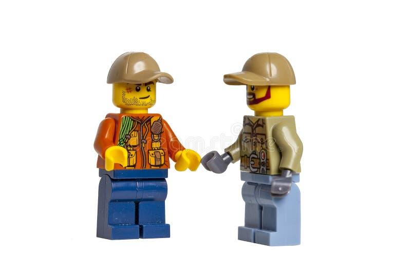KYIV, УКРАИНА - 10-ое мая 2018: мини-диаграммы lego беседуют на белой предпосылке Макрос Lego Minifigures изготовлено Lego Gr стоковое фото