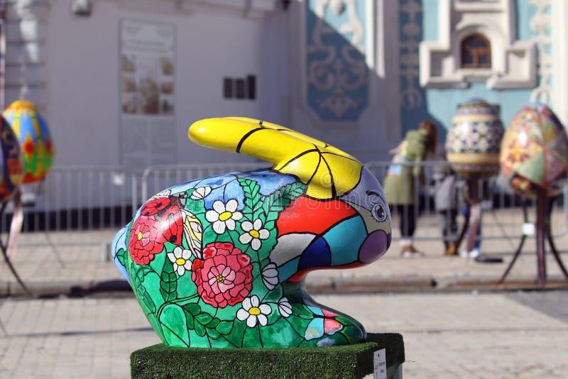 Kyiv 乌克兰- 2018年4月07日:复活节节日在Sofiyvska广场的基辅 艺术家展示上色了小兔 库存图片