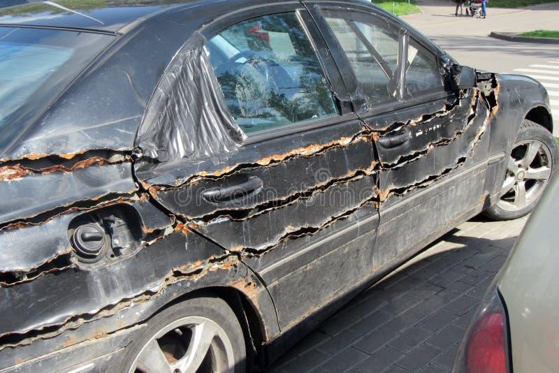 Kyiv 乌克兰- 2019年5月02日:老,生锈,三倍切开沿长的边,一辆黑汽车通过城市街道驾驶 ?? 库存照片