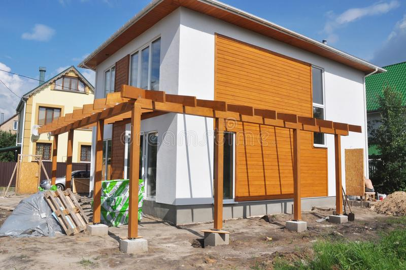 KYIV - DE OEKRAÏNE, FEBRUARI - 12, 2017: Eigentijds Openluchtterras Moderne Huisbouw met houten het terrasins van het pijlersterr royalty-vrije stock fotografie