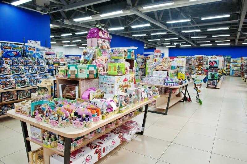Kyiv, de Oekraïne - Januari 16, 2018: De klanten winkelen voor speelgoed Afdeling voor meisjes royalty-vrije stock afbeelding