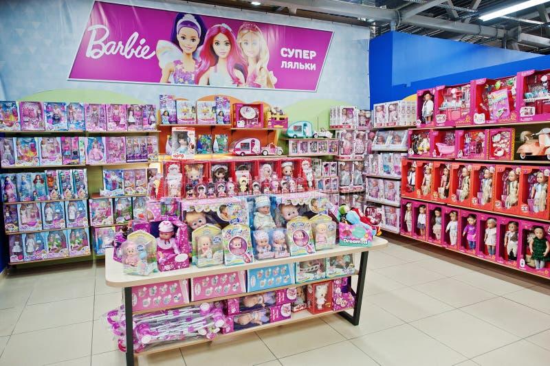 Kyiv, de Oekraïne - Januari 16, 2018: De klanten winkelen voor speelgoed Afdeling voor meisjes, poppen Barbie en andere in dozen stock fotografie