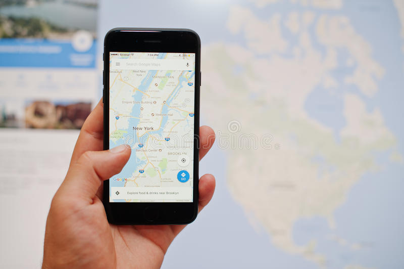 Kyiv, de Oekraïne - 11,2017 Juli: Apple-iPhone 7 met Google-kaarten app stock afbeelding