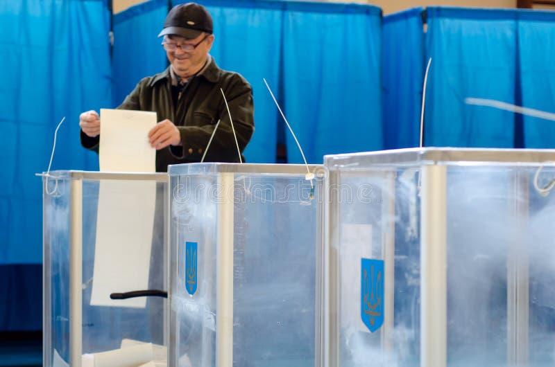 Kyiv, de Oekraïne - Maart 31, 2019: 2019 Mensen stemmen bij de Oekraïense presidentsverkiezing royalty-vrije stock afbeeldingen