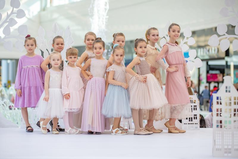 Kyiv, de Oekraïne 03 Maart 2019 UKFW De Oekraïense Dag van de Jonge geitjesmanier weinig vervuilen de modelmeisjes op het podium  royalty-vrije stock foto's