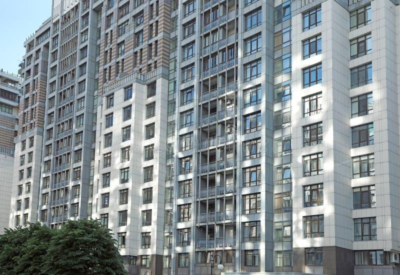 KYIV, DE OEKRAÏNE - MEI 21, 2019: mening van moderne woonwijk in Pecherskyi-district op zonnige dag stock afbeeldingen