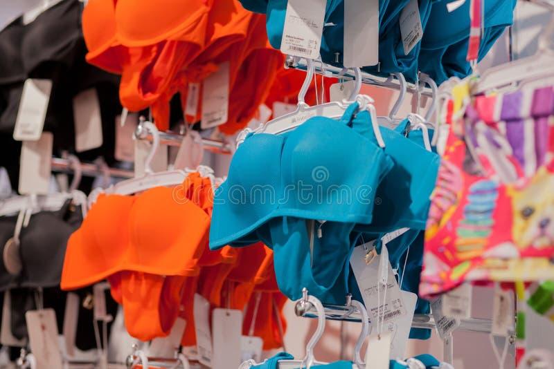 Kyiv, de Oekraïne 15 Mei, de zwempakken van 2019 Vrouwen voor verkoop bij een kust winkelt Adverteer, Verkoop, Manierconcept stock foto's
