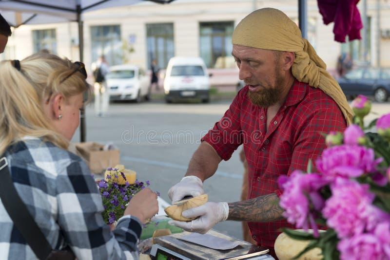 20 05 2018 Kyiv, de Oekraïne De mensen proeven organische eigengemaakte kaas a stock afbeeldingen