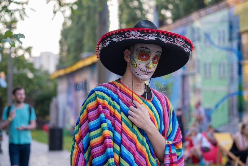 Kyiv, de Oekraïne, Santa Muerte Carnival, 20 07 2019 Dia de Los Muertos, Dag van de Doden Halloween Mens met gezichtsverf royalty-vrije stock foto