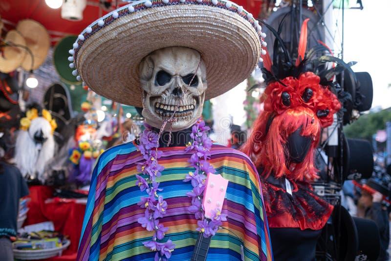 Kyiv, de Oekraïne, Santa Muerte Carnival, 20 07 2019 Dia de Los Muertos, Dag van de Doden Halloween proef gekleed skelet stock foto's