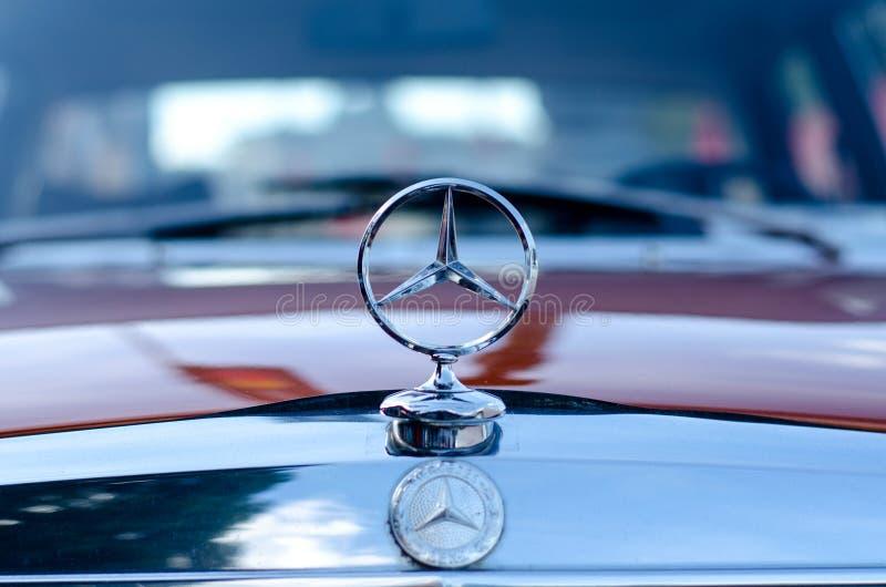 Kyiv, de Oekraïne - September 30, 2018: Oud Mercedes Benz-embleem royalty-vrije stock afbeelding
