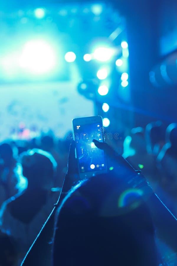 Kyiv l'ukraine Août 2015 Une fan tire un concert de musique dans images libres de droits